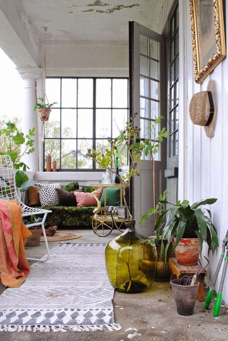 """En snygg kvast i en """"vas"""" till framsidan när man kommer in till entrén."""