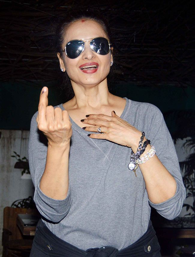 Rekha proudly displays her inked finger at the screening of 'Sonali Cable'. #Bollywood #Fashion #Style #Beauty