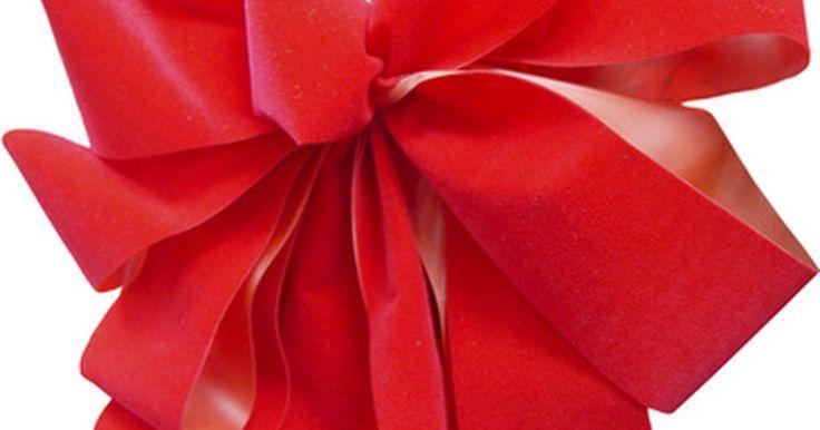 Como fazer um laço de fita para o natal. Laços de natal são festivos e podem dar aquele toque final especial em pacotes de presentes, capas, arranjos florais e decorações da casa em geral. Quando você vê um lindo laço e pensa que é complicado e difícil de fazer, você está errada. Fazer um laço natalino é fácil e demora menos de dez minutos para ficar pronto. Se for fazer os laços para ...
