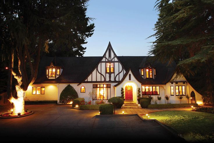Combine a stay at one of the best Napa Valley Inns, the Candlelight Inn, lunch or dinner with the Wine Train, and a fun wine tour all with one ticket. The perfect vacation package.