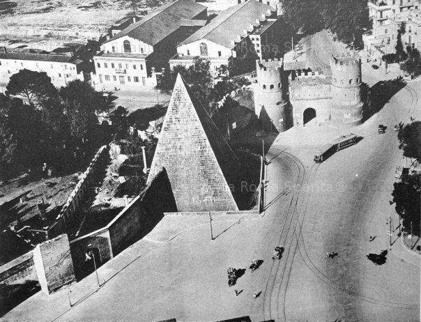Veduta della Porta Ostiense e della Piramide Cestia. Alle spalle le proprietà Torlonia demolite negli anni '40 per l'allargamento di Via Marmorata