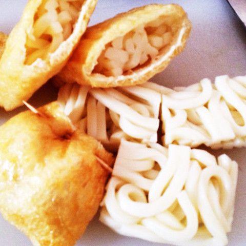 「うどん巾着」は、油揚げで作った巾着の中にうどんを入れたもの。箸でつかみやすく、煮汁にコクが出ます