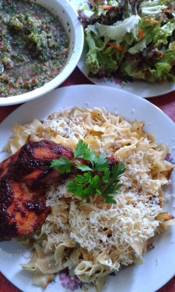 Sült csirkecomb, szaftos, sült tésztával, salátával