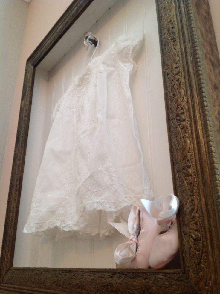 Esta caixa de sombra foi feita para prender o vestido do bebê de Nana do Madison.