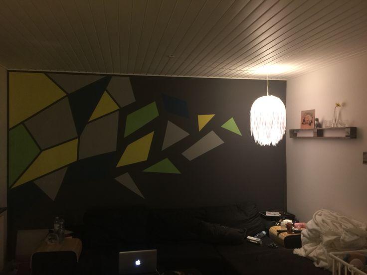 Kedelig væg, som er blevet mere personlig. Mønsteret er lavet med en overhead, som er købt i vores lokale kræmmerhal.