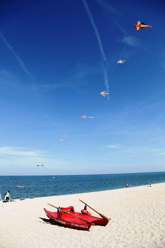 In spiaggia a Numana, un aquilone vola nel cielo azzurro, affiancato dalla sabbia candida. #numana #conero #rivieradelconero #tourism #marche #italy  #beaches photo: Canon Sei -from Fb