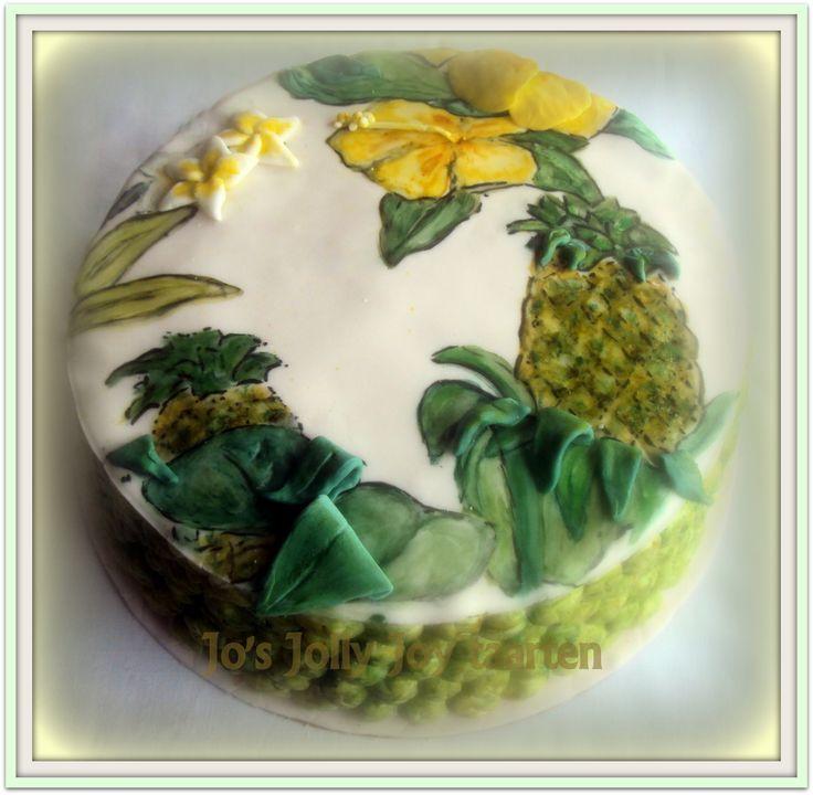 Jo's Jolly Joy taarten; beschilderde taart gemaakt, en de zijkanten beetje op ananas schil doen lijken! De vulling is gele tropische vruchtenjam en crème en crème met stukjes witte chocolade