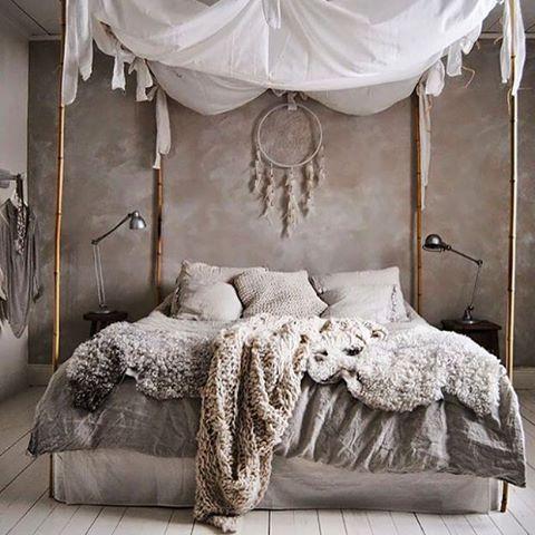 Нейтральная гамма и натуральные материалы - уютная бохо-спальня в серых тонах. Еще больше спален в нашем посте (ссылка в профиле).