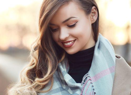 Le foulard est un accessoire mode particulièrement important, pour mettre en valeur un visage ou des vêtements. Pour ajouter une touche de classe et de variation, vous avez le choix entre différents types de nœuds. Voici la présentation de dix nœuds uniques.