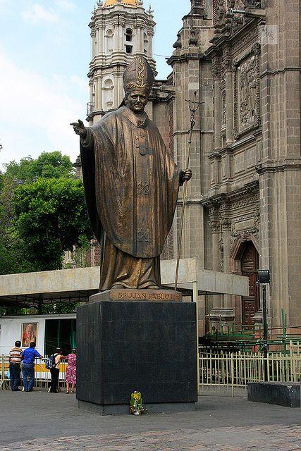 Estatua dé Juan Pablo II en la Basílica de Guadalupe, México
