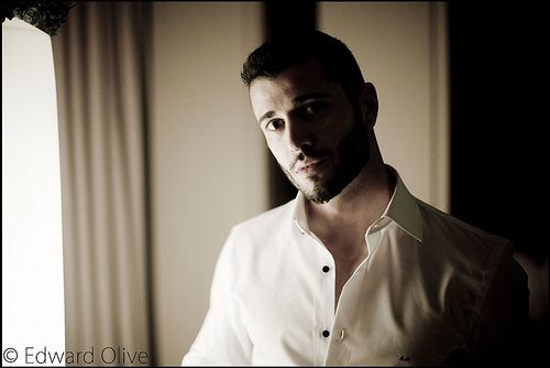 Portrait of man with shirt open in wedding party - Edward Olive fotografo para bodas