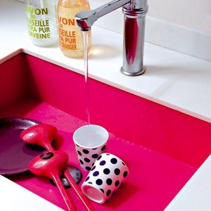 Un évier tout en couleur. L'évier en résine fuchsia (réalisé sur mesure par Kudeta) tranche avec le blanc de la pièce