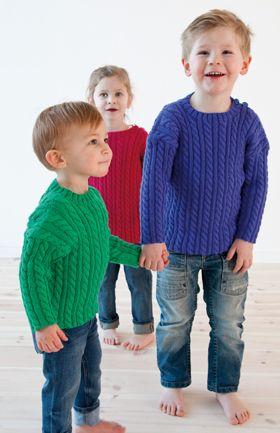 Den klassiske børnebluse med snoninger er strikket i et blødt blandingsgarn, der fås i alle regnbuens farver!