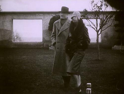 Les Mystères du château de Dé by Man Ray, 1929 je reconnais la villa noailles à hyères