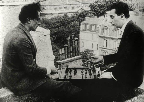 """"""" Marcel Duchamp et Man Ray jouant aux échecs sur les toits du Théâtre des Champs Elysées, Paris (playing chess on the roof of the Théâtre des Champs Elysées, Paris) dans Entr'acte, 1924, film de René..."""