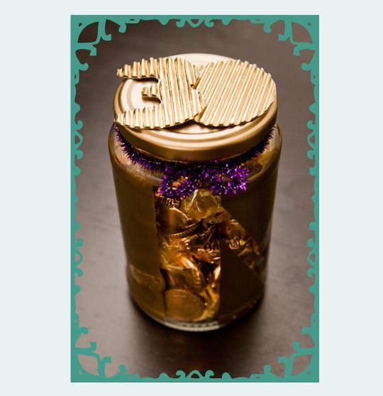Een pot met goud: muntgeld en goud verpakte snoepjes