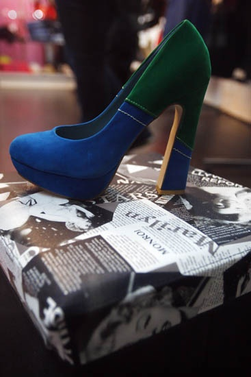 Zapato de tacón azul y verde, de la tienda Nicole Moreno By Luli