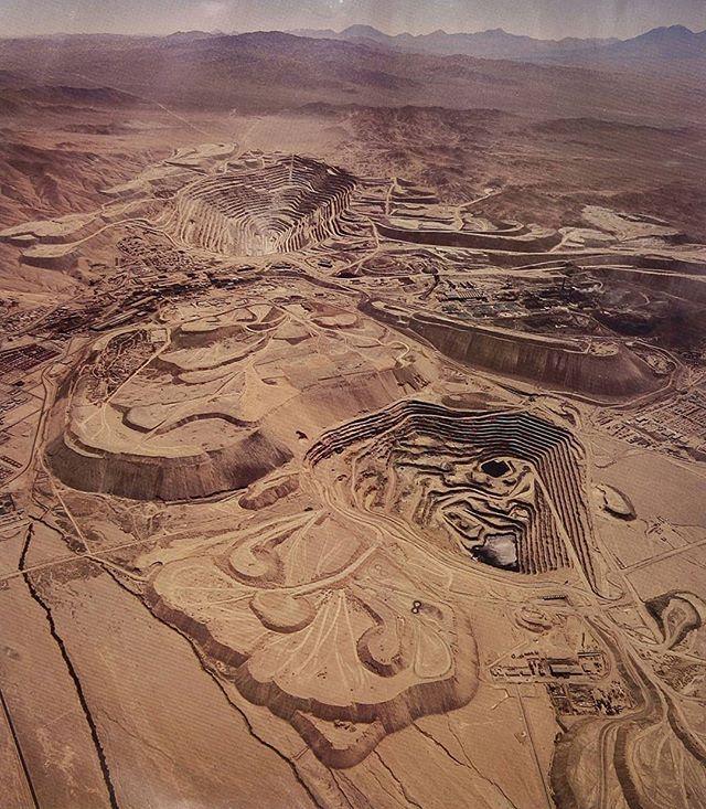 """La mina Chuquicamata desde el aire en el año 1989.  Fotografía del libro """"El cobre en imágenes""""."""