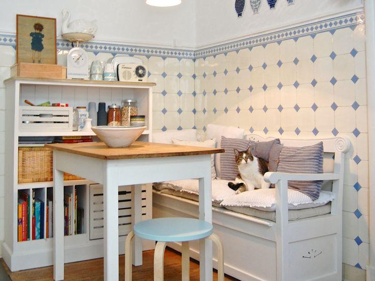 Klein, ästhetisch und zugleich praktisch – sich auf kleinem Raum einrichten ist kein Kinderspiel. Vor allem in der WG oder in der Zweizimmer-Pärchenwohnung ist der Essplatz der zentralste und kommunikativste Teil der kleinen Wohnung.