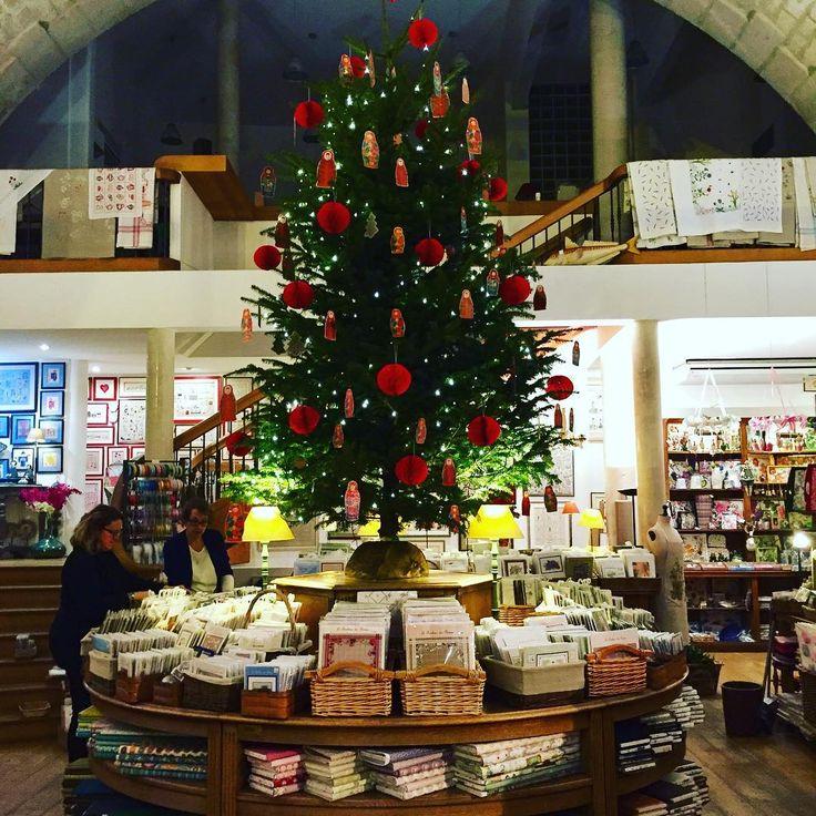 Le joli conte de Noël commence dans la boutique du Viaduc des Arts! La reine de la fête est là et l'ambiance magique s'installe! #noel #viaducdesarts #lebonheurdesdames #17avenuedaumesnil #sapindenoel