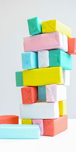 Met een zelfgemaakt Kapla-spel wordt het een stapelgekke Sinterklaas. Want in welk pakje zitten de cadeaus. Uit: de Coop Keukentafelgids Herfstgids 2013.