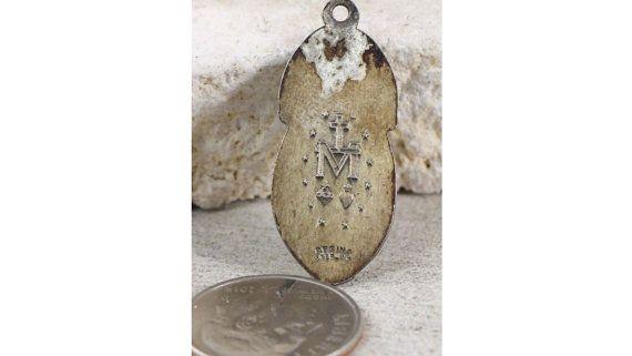 Vintage moeder Mary & de Heilige duif Silver Jewelry religieuze Miraculeuze medaille op 18 sterling zilver-rolo ketting, beschikt over een sterke kreeft-klauw gesp. Maatregelen 1.11 in lengte en 0.39 breed. 3.8 gram weegt. Heilige Maria op de voorkant, O gij WIPO zonder zonde BIDT voor ons hebben beroep TO THEE. Op de achterzijde is een kruis met een M hieronder, en twee harten hieronder en 12 sterren. Regina STERLING.