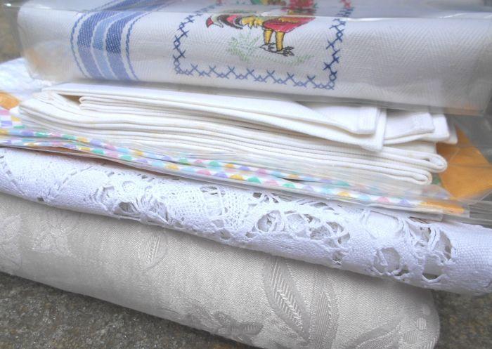 Veel Italiaanse huishoudlinnen  Een grote partij met Italiaanse huishoudlinnen uit de 60s/70s Italië Piemonte.Het perceel omvat:-nieuwe tafelkleed 80 x 80 cm  6 servetten 34 x 34 cm (gewassen worden omdat vergeelde tijdig)-2 grote gordijnen 150 x 290 cm lang (er zijn sommige threading in de patronen in sommige plekken)-een damast bedspread met afmetingen 250 x 220 cm.-schort nieuwe en perfecte 54 x 70 cm-witte linnen handgemaakte gehaakt tafelkleed 112 x 112 cm (er zijn sommige niet merkbaar…