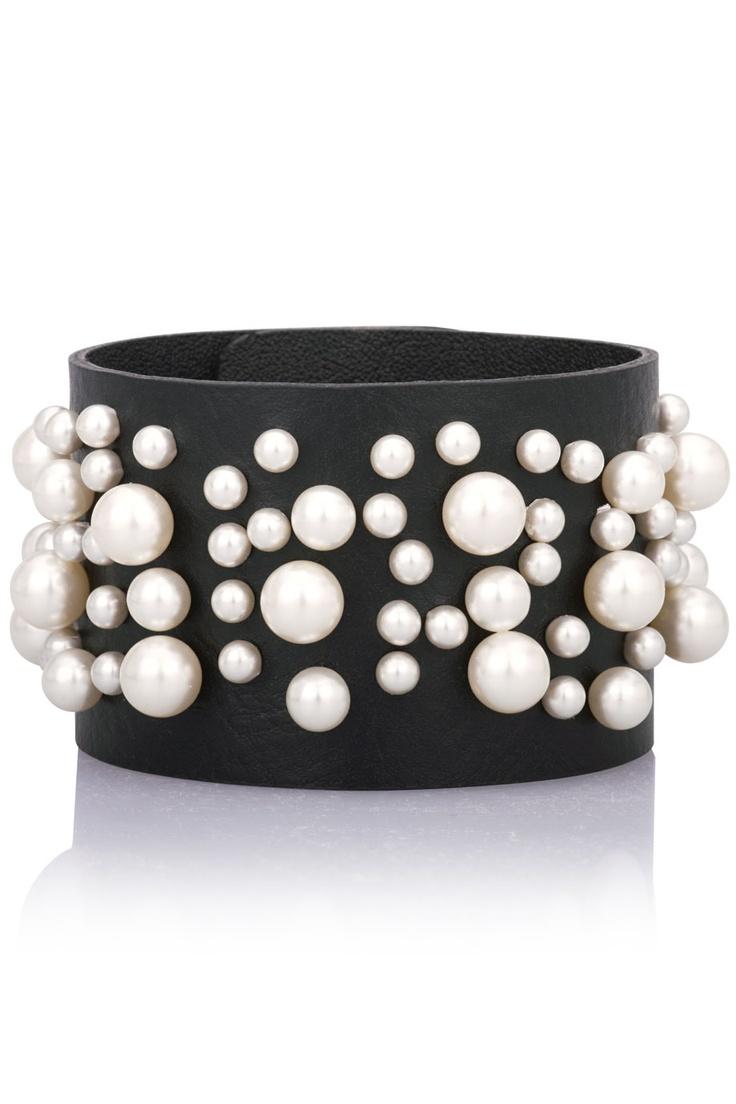 Svart läderarnband med vita pärlor.  *Black leather bracelet with white pearls.