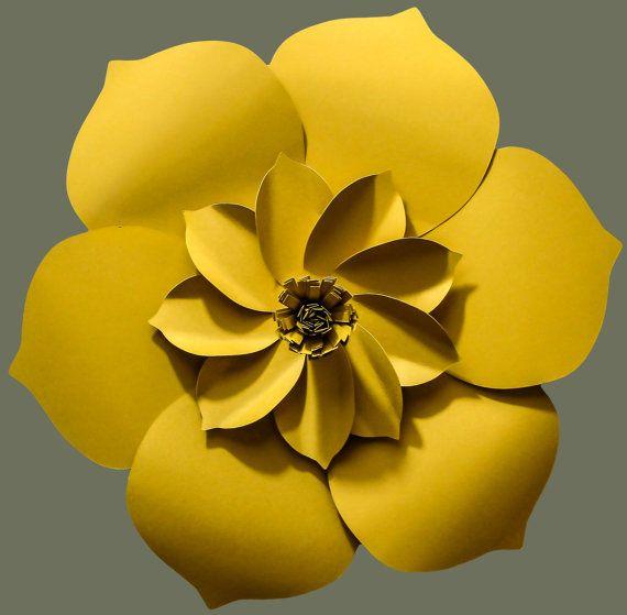 Esta impresionante, gigante flor de papel es un pedazo hermoso de la decoración para una boda, evento, o para su hogar. Esta flor se combinan con diferentes estilos para crear un magnífico telón de fondo. El diámetro es de aproximadamente 18. Enviar un mensaje si quieres que un tamaño más pequeño. Esta flor está hecha con cartulina de primera calidad para la durabilidad.  Cada pétalo es corte, esculpido y meticulosamente montado. Flores serán ligeramente diferentes entre sí y hecho a la…