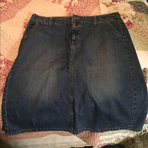 Cute knee length denim skirt Nice thick denim, super cute with boots GAP Skirts Mini