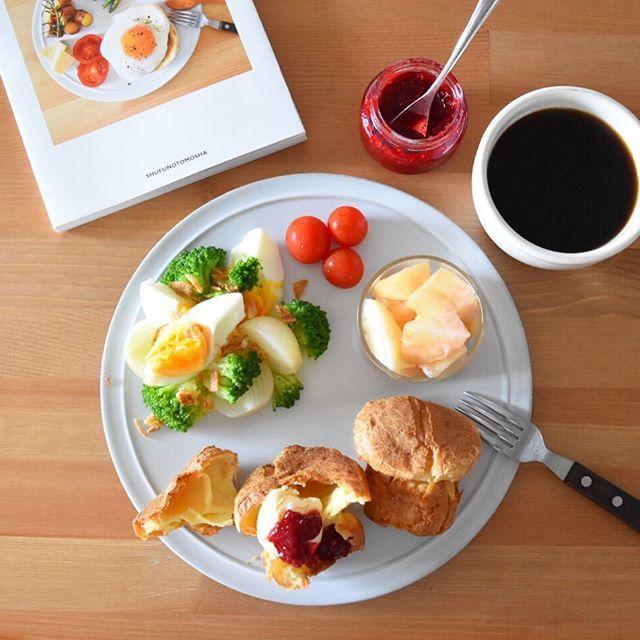 Today's breakfast. やっと本が終わったので(まだまだやることはあるけど)、久々のポップオーバー。レシピは新刊『MORNING TABLE』に書きました。小さめのマフィン型で作ってるけど、やっぱりもっと高さがある型欲しいなぁ… バニラアイスと、母が庭でとれたラズベリーで作ったジャムを添えて。甘さ控えめで、しっかり酸味があって、アイスとぴったり。 桃は毎年会社に届くんだけど、今朝は娘が美味しすぎてお皿までなめるくらい。ありがとうございました!