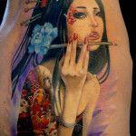 Los tatuajes de geishas son muy amados por la gente que es fanática de la cultura japonesa. Este tipo de diseños se caracterizan por tener una mujer vestida con kimono, un tipo de vestimenta tradic…