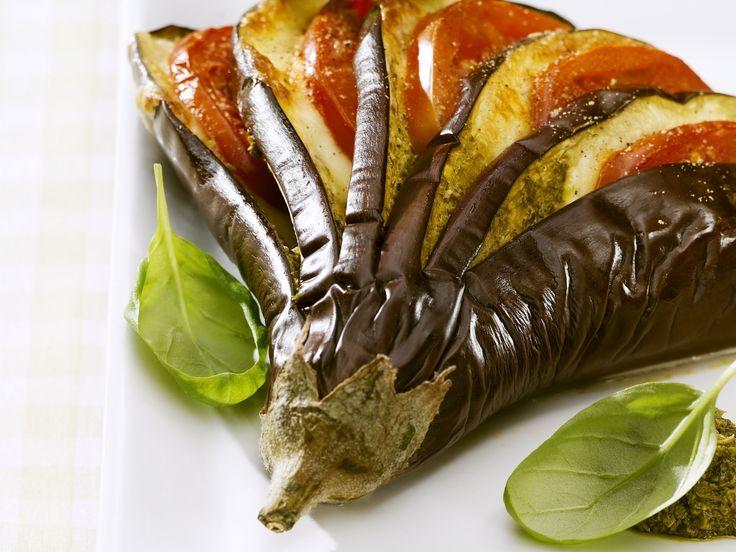 Ob als Vorspeise oder Beilage – so lieben wir Aubergine! Gefächerte Tomaten-Mozzarella-Aubergine - smarter - Zeit: 25 Min. | eatsmarter.de