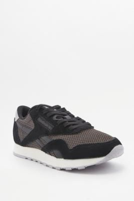 ¡Consigue este tipo de deportivas de Reebok ahora! Haz clic para ver los detalles. Envíos gratis a toda España. Reebok Classic Black Tonal Trainers - Womens UK 5: Classic trainers by Reebok offer iconic design through a simple sports silhouette. The durable nylon upper creates superior comfort. Finished with padding at ankle, branding on tongue and side and a durable, grippy sole.  **THINGS TO KNOW:**   - Nylon, suede, rubber   - Spot clean   All sizes listed are UK sizes (deportivas…
