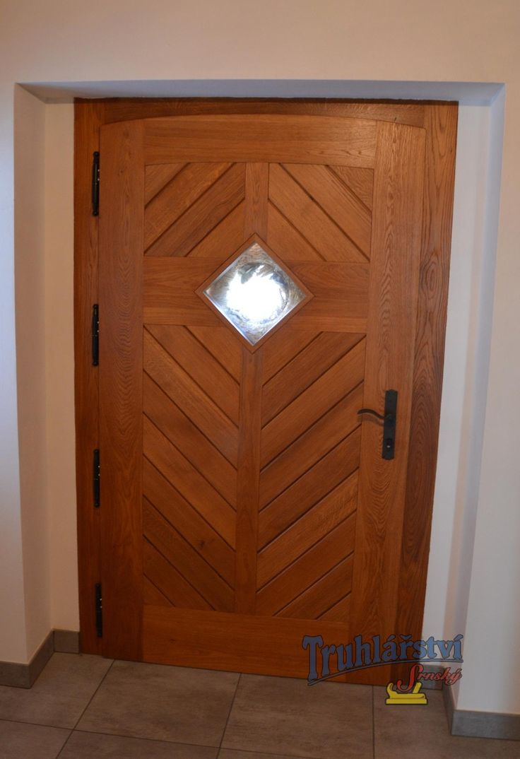 Dveře vstupní jednokřídlé, palubkové s okénkem, v rámové zárubni do pískovce, dub, drásané, nátěr lazurou.