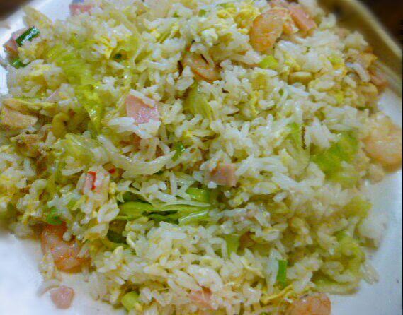 出家前に腹ごしらえ完了!軽いから夕方にはお腹が減る予定 ライトな主食、インディカ米。しかし日本の米消費量(一人)が50位で驚いた~麺も粉もたくさんあるもんね...  土曜日だけど普通の日、明日は休みだーーそれだけで全てが美味しい *↑入れようかと思いとどまったトマトスープ付 - 181件のもぐもぐ - パラパラごはんで海老レタスチャーハンひとりブランチ by HKhuuuka