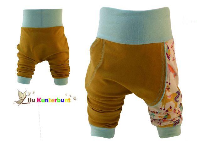 Diese Hose ist ein toller Begleiter von Geburt an und besticht durch die Kombination aus zwei Jersey Stoffen und einer eingearbeiteten Paspel. Der Senfgelbe Jersey ist ein fest gewebter Romanit und...