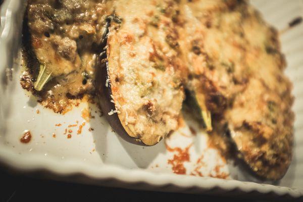 Jotta jaksaa rimpuilla, täytyy myös muistaa syödä. Päivän vähähiilarinen menu! Hoplaa!  Siemennäkkileipä Täytetyt munakoisot Banaanipannari ...