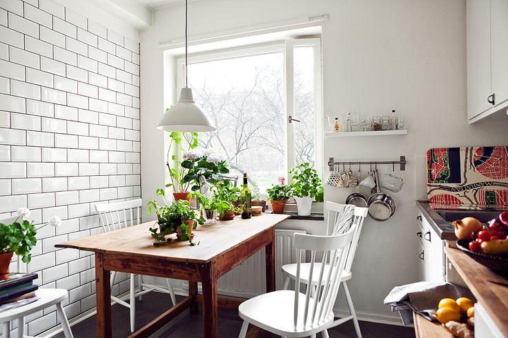 Tänk att ett så litet kök kan bli så fint och inbjudande med pinnstolar och gröna växter. Perfekta mixen.