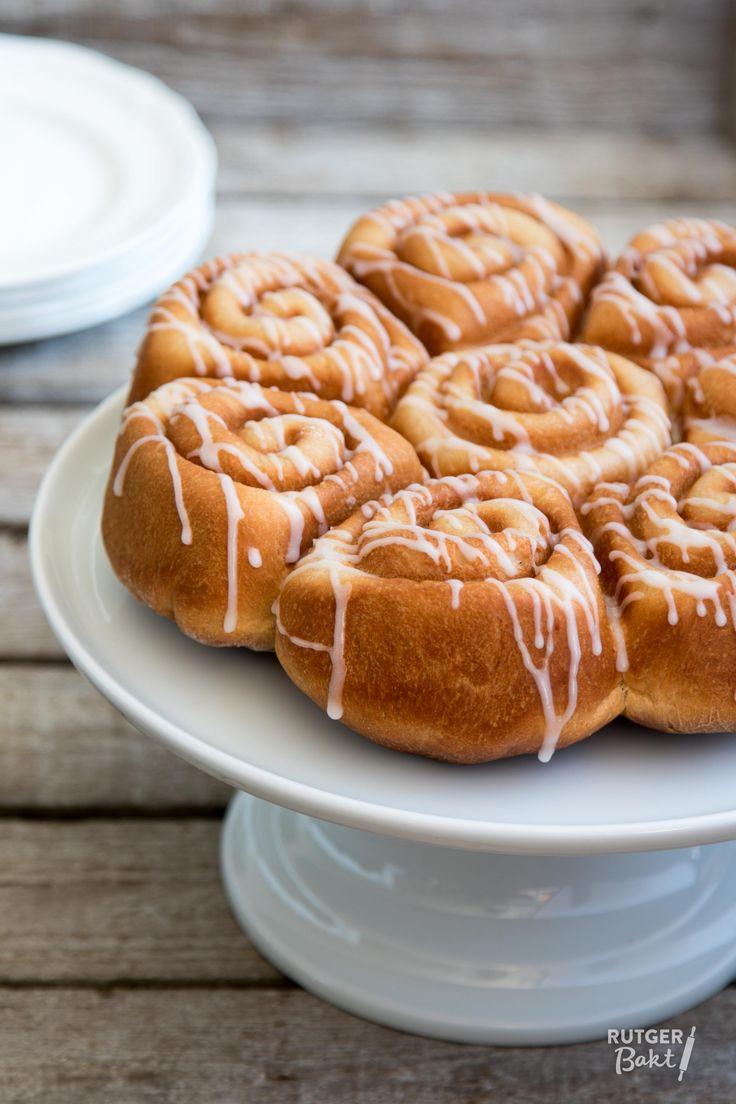 Deze kaneelbroodjes met appel zien eruit als opgerolde buns maar zijn dat stiekem niet. Dit brood heeft zijn prachtige vorm gekregen door de bakvorm van Nordic Ware. In werkelijkheid zijn het gevulde kaneelbroodjes met een appelvulling. Heel lekker! Door het rijke brooddeeg is de structuur bijna cake-achtig. Perfect als paasontbijt of voor bij de paasbrunch dus! De taartschaal waar ik de broodjes op geserveerd heb is van Pillivuyt. Deze taartschaal is gemaakt van sterk porselein en daardoor…