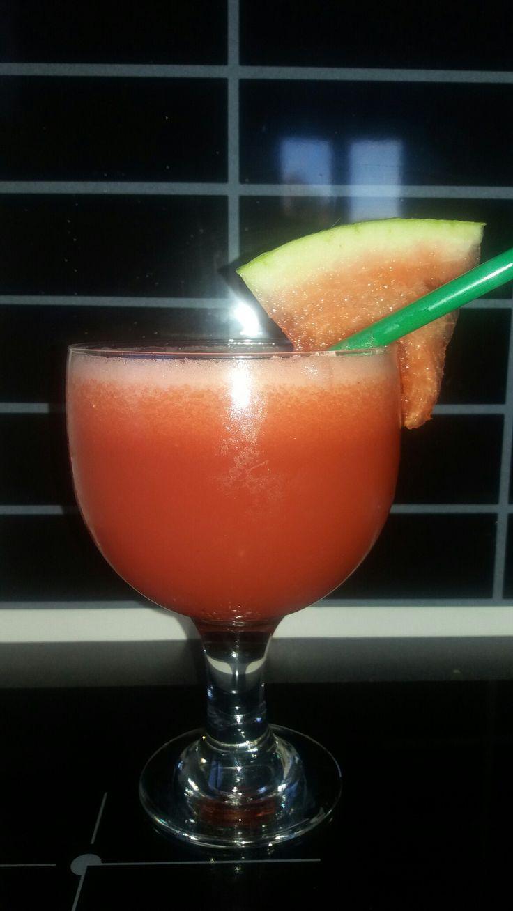 Cocktail pastèque   Jus de citron Jus de pastèque  Rhum blanc