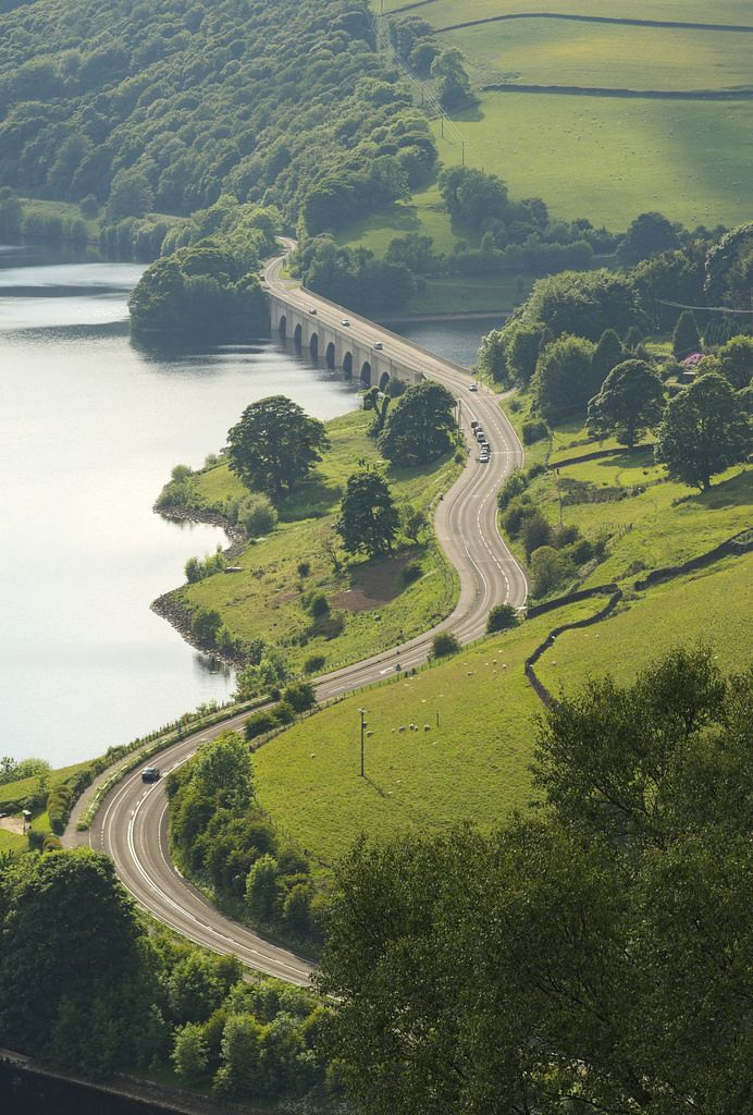 Snake Pass, the road leading from Ladybower Reservoir to the village of Glossop, Derbyshire, England.