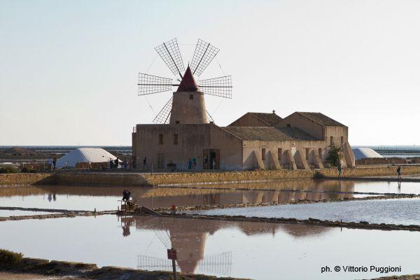 Viaggio in una Sicilia da scoprire, alle saline di Mozia, nella Riserva dello Stagnone, fra Trapani e Marsala. Incanto di mulini a vento e saline.