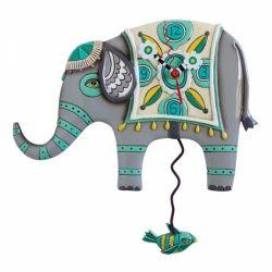 De collectie Allen Designs bevat een serie handgemaakte klokken, die in elk huis een artistieke decoratie vormen.  Dit prachtige ontwerp van de Indiase Olifant met de kenmerkende Indiase versieringen vind je nergens zo uniek uitgebeeld. De slinger van de wandklok wordt ogenschijnlijk voortgeslingerd door een kleine vogel die er lustig op los fladdert.