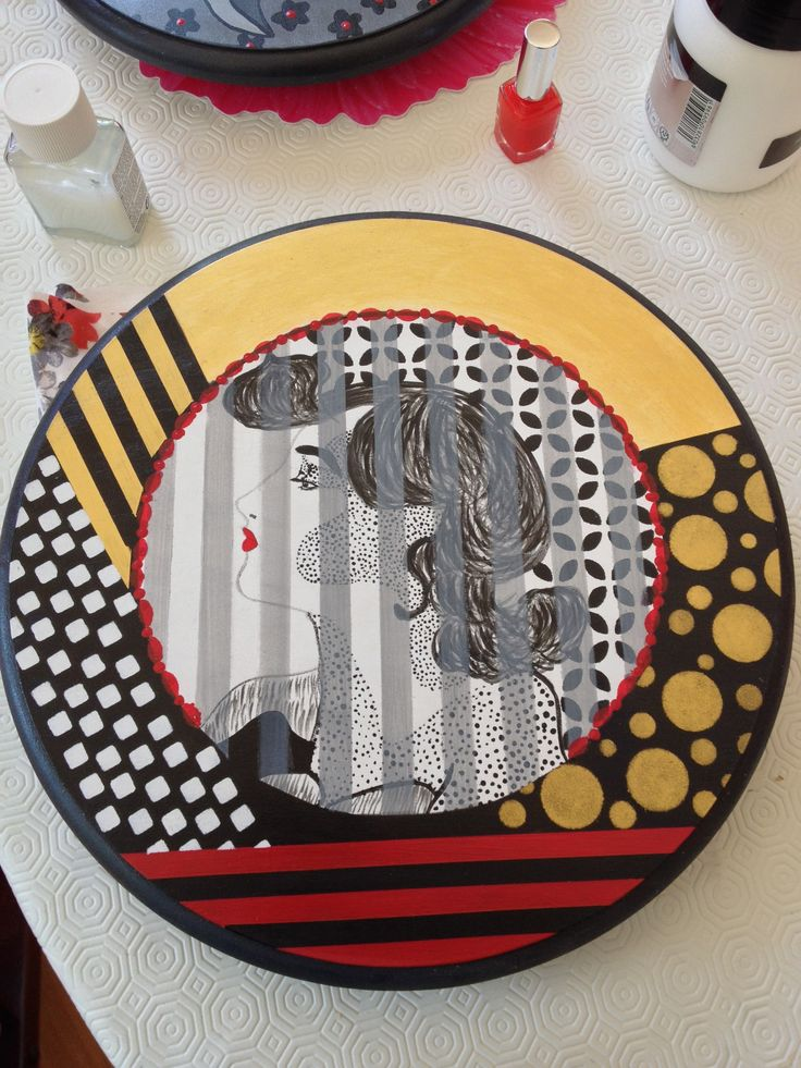 Tabla de quesos.  Piatto girevole dipinto a mano, multiuso. Hand painted turning table, lacquering finish. Gold, black & white and red, stripes and polka dots graphic elements, cammeo portrait central detail.