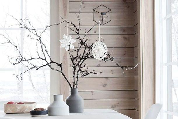 ideias de natal nórdico e rústico com galhos secos, cristais de neve em vasos de concreto.
