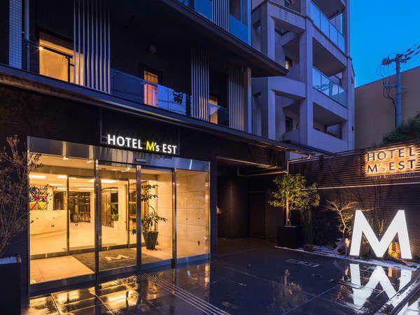 日本人にも外国人にも人気の観光地、京都。観光やビジネス目的の旅で、宿泊先には豪勢なサービスは求めないけれど、クリーンで快適、しっかりプライバシーを保てる客室が希望。そんな人にオススメなのが、2017年4月に誕生した「ホテル エムズ・エスト四条烏丸」。地下鉄「四条駅」、阪急「烏丸駅」から徒歩1分。祇園、デパートや飲食店が集まる四条河原町も徒歩圏内。京都観光が一日便利に楽しめるホテルです。
