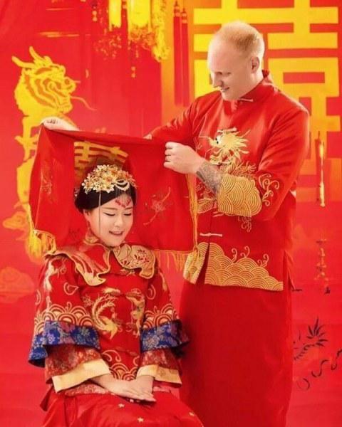 Свадебные костюмы населения земли - Вокруг света  Китай  В Китае свадьба — это красный праздник. Белые платья считаются символом скорби. По традиции после заключения брака жених снимает красное покрывало с головы невесты