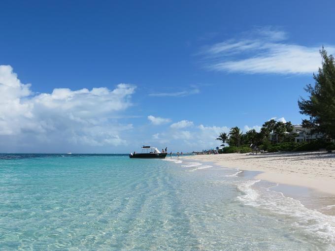 Platz 2: Grace Bay, Providenciales Providenciales ist einezu denTurks- und Caicosinseln gehörende Insel in derKaribik. Das Wasser schimmert in den verschiedensten Grün- und Blautönen, der Sand ist fein wie Zucker.