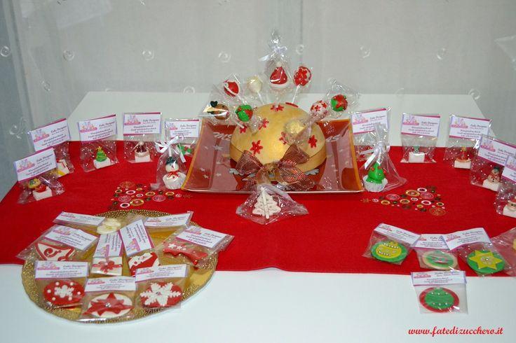 Sweet Table Natalizio:con Centrotavola di lecca lecca decorati, segnaposto e zollette decorate e omaggi di fine festa